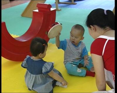 小朋友分享玩具而