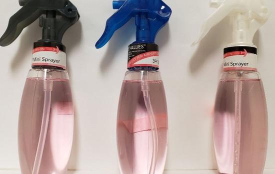 店主巴拉德自制的消毒洗手喷雾 (图源:Fox News)